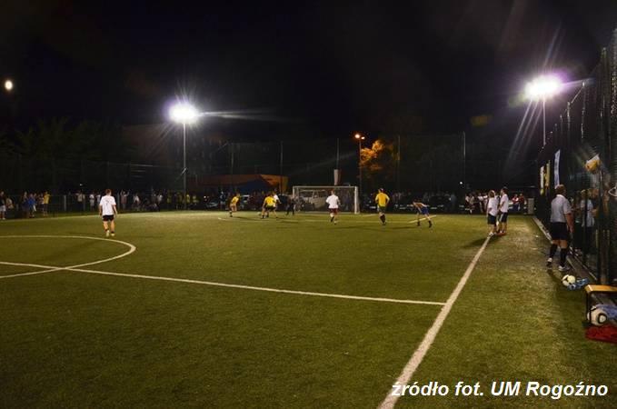 33 drużyny walczyły w nocnym turnieju na Orliku. fot. UM Rogoźno