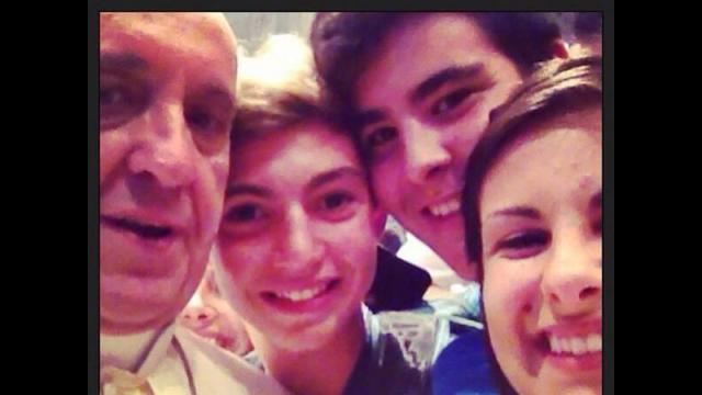Papież Franciszek z pielgrzymami (fot. Riccardo Aguiari, źródło: Twitter)