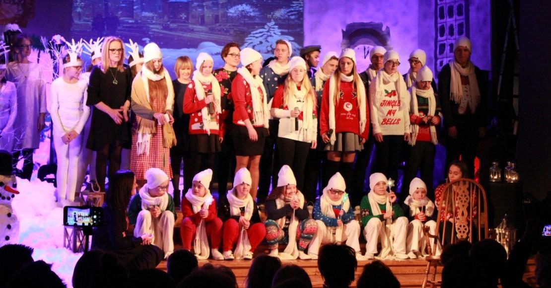"""Spektakl """"Dziewczynka z zapałkami"""" wystawiony przez uczniów Zespołu Szkół Specjalnych w Kowanówku"""