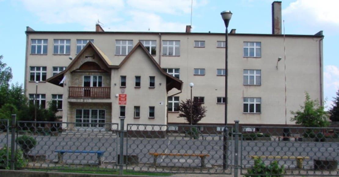 Egzaminy gimnazjalistów mają się odbyć we wszystkich szkołach (film)