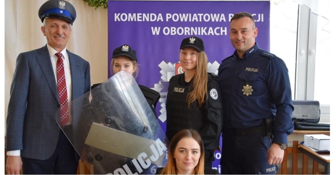 Drzwi Otwarte z udziałem stoiska policyjnego