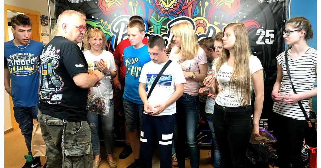 Dzieci z ZSS w Kowanówku z wizytą u Jurka Owsiaka