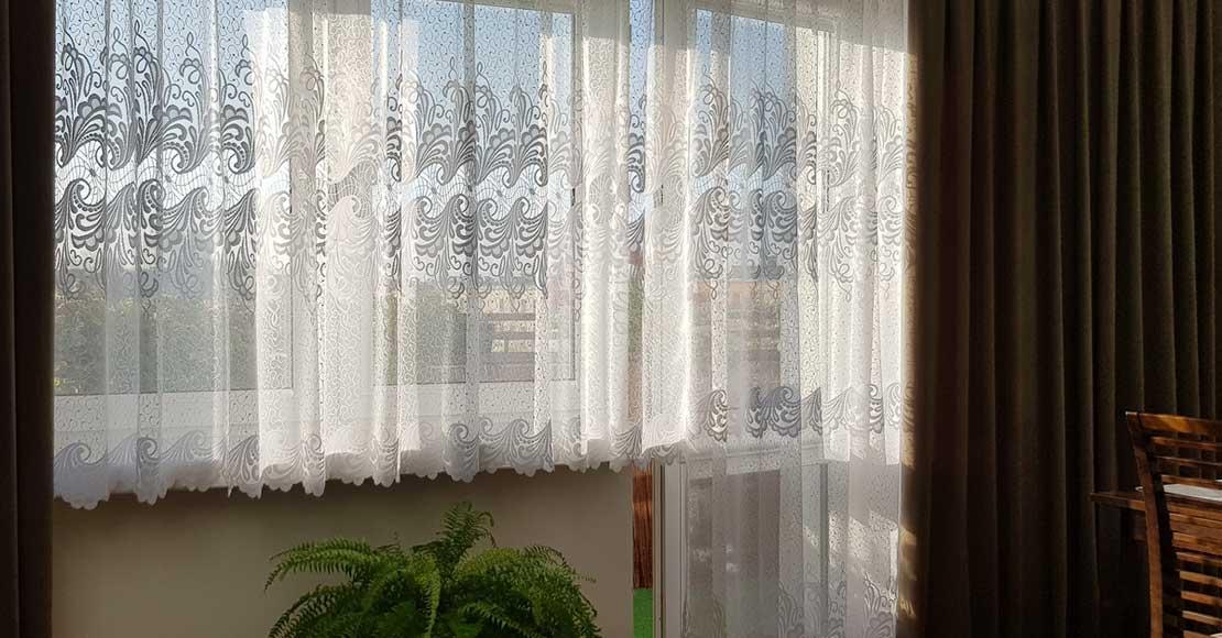 Pięknie oświetlone mieszkanie z ciekawymi oknami