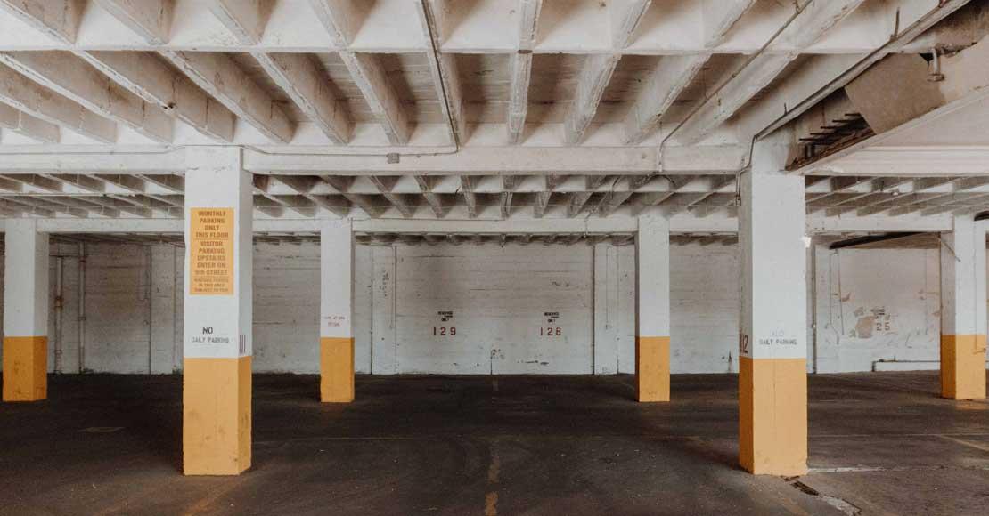Zalany garaż podziemny. Co robić, żeby ochronić parking przed zatopieniem?