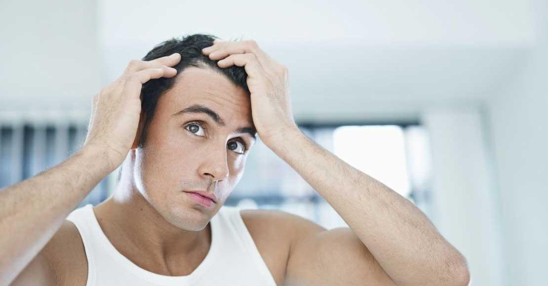 Denerwują Cię siwe włosy? Zobacz, jak zwalczyć je w naturalny sposób!