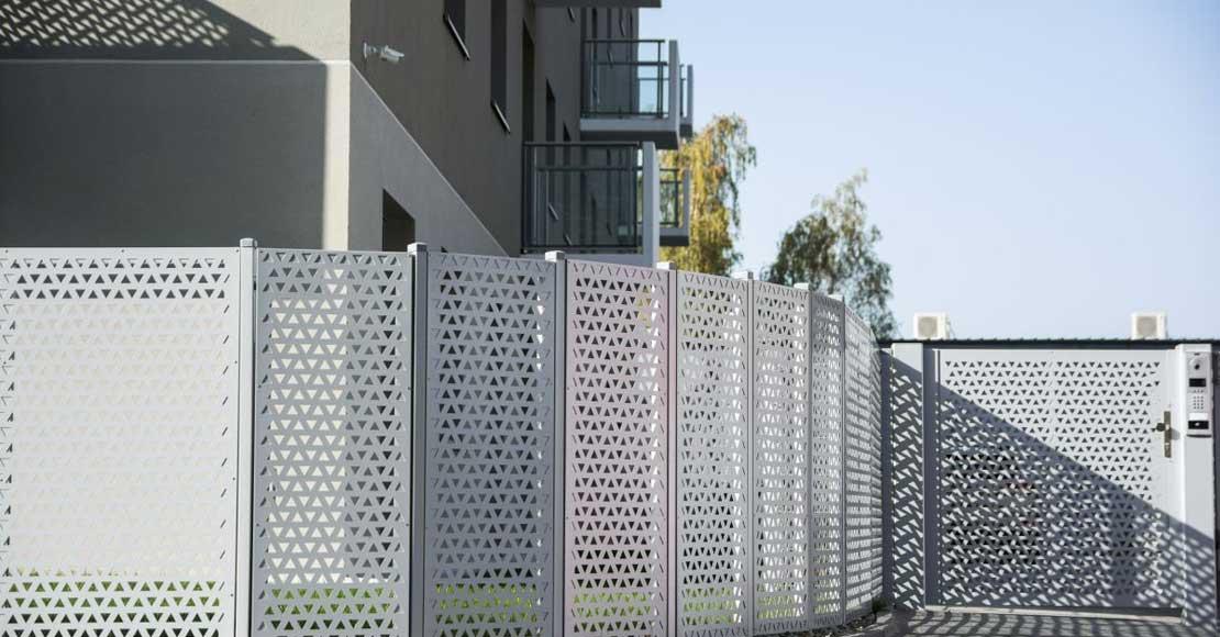 Jak wyznaczyć poziom ogrodzenia?