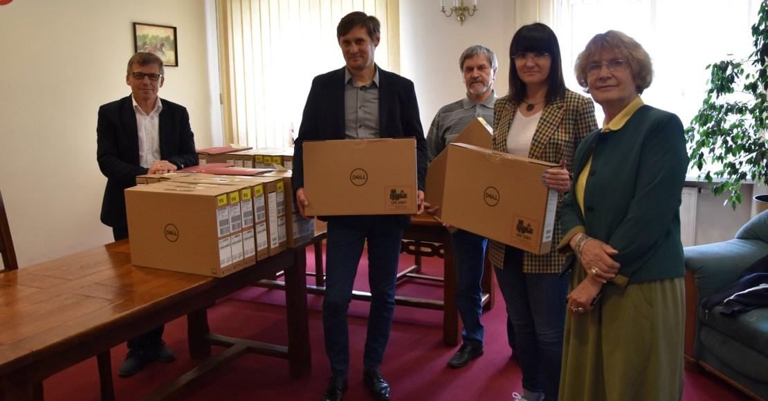 Szkoły powiatowe z nowymi laptopami (foto)