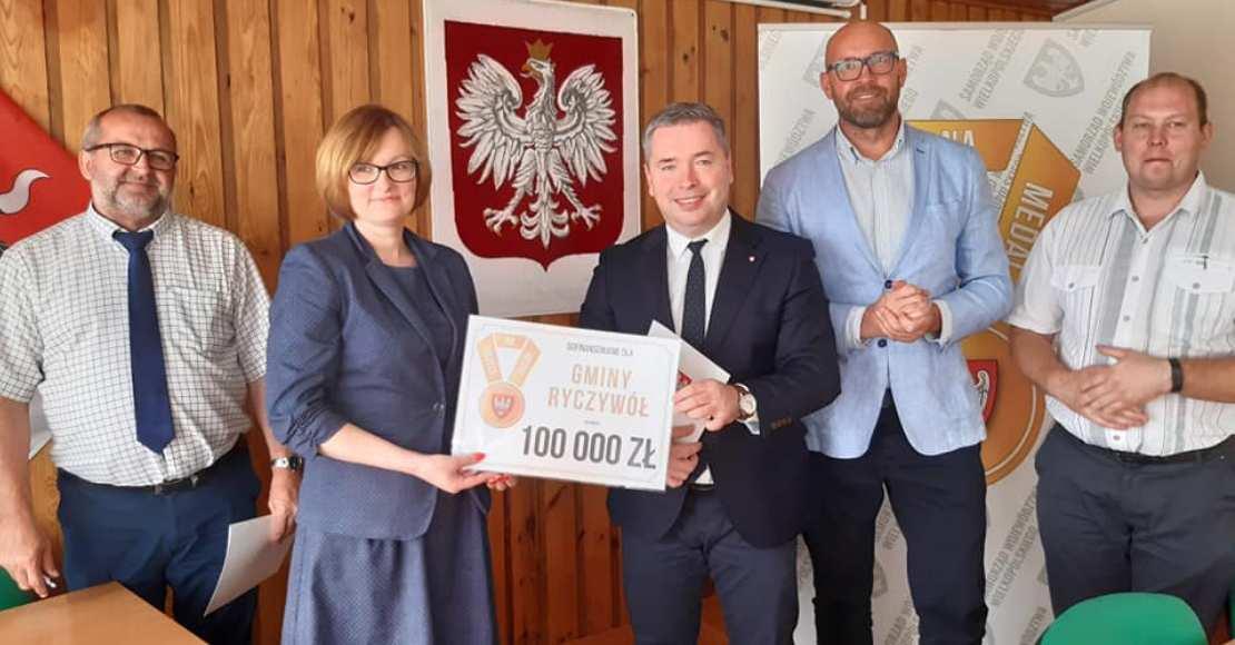 100 tysięcy dla Ryczywołu (foto)