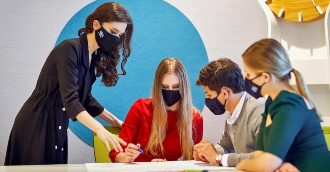 Pracodawca może zwolnić pracowników z obowiązku noszenia maseczki w biurze. Jeśli tego nie zrobi, może ukarać podwładnego za jej brak