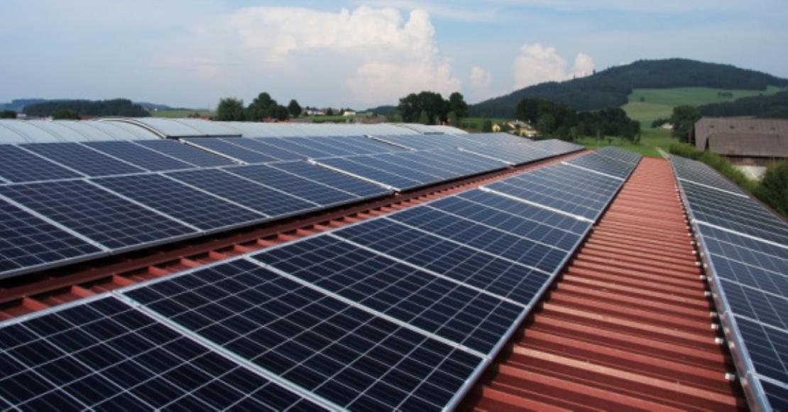 Dachy z instalacją fotowoltaiczną mogą stwarzać zagrożenie pożarowe.
