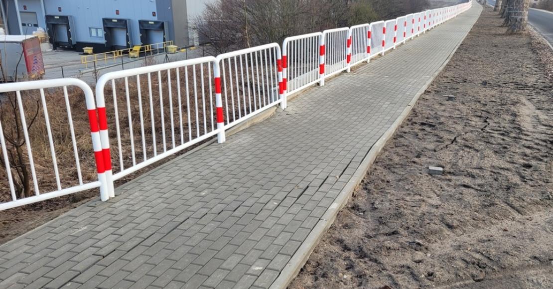 Rozpadający się chodnik na ul. Wymysłowskiej (foto)