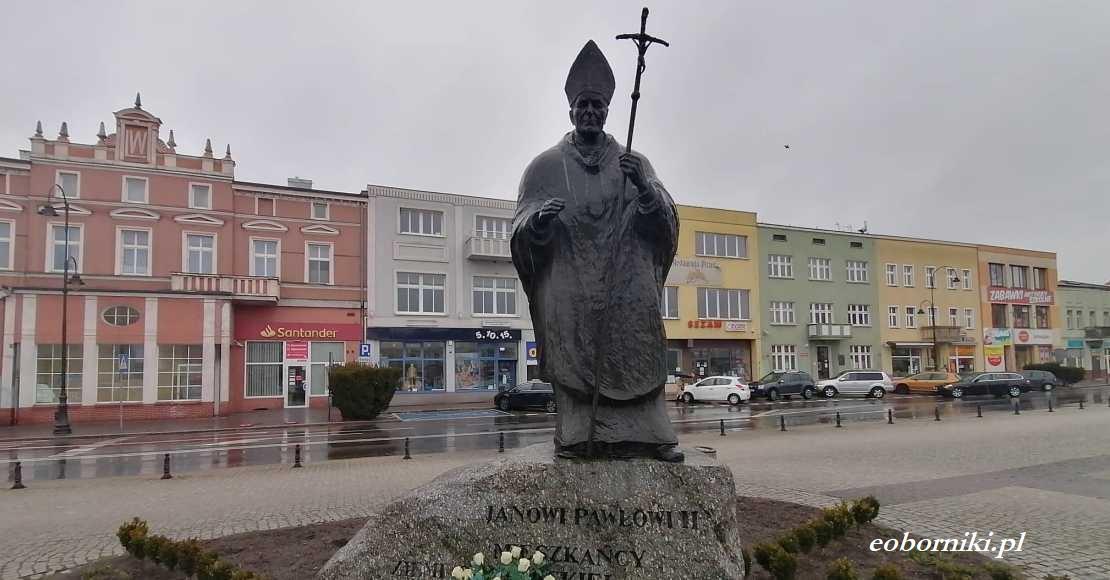 Strażnicy miejscy usunęli farbę z pomnika papieża