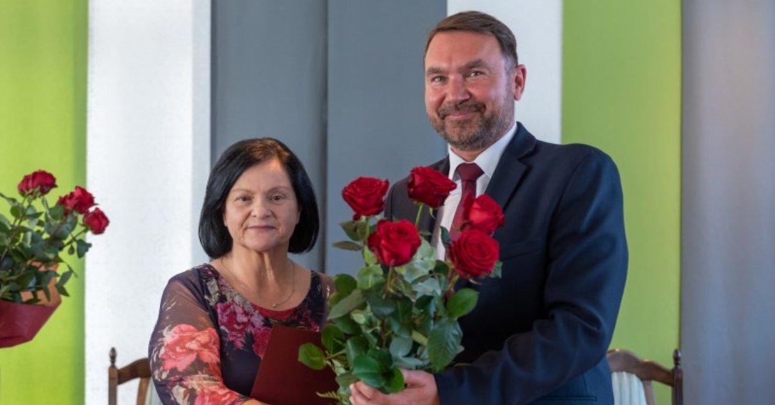 Burmistrz Tomasz Szrama podziękował za wieloletnią pracę dyrektor Danucie Jagodzińskiej (foto)