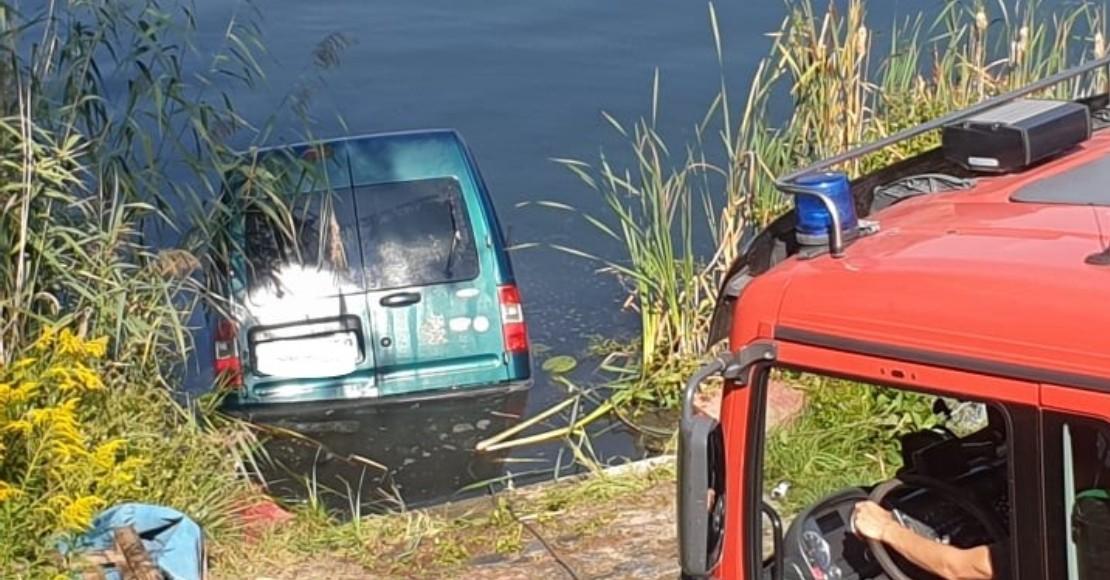Strażacy wyciągali samochód ze stawu (foto)