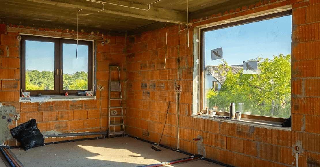 Budowanie domu z akapitem o oknach